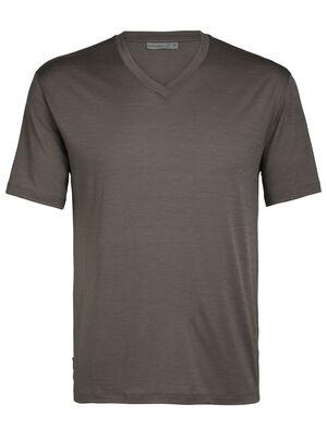 男款 Ravyn短袖V领上衣 Ravyn短袖V领上衣充分利用美丽诺羊毛的天然优点,以包芯面料提升耐穿度,是一款日常舒适而有型的经典V领T恤。