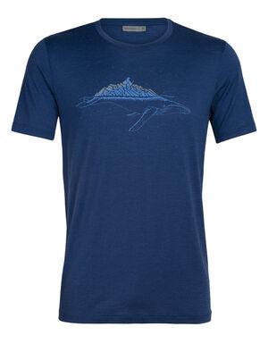 Herren Merino Tech Lite kurzärmliges T-Shirt Whitecap Whale Unser vielseitigstes Tech Tee aus atmungsaktiver, geruchsabweisender Merinowolle. Der Künstler Damon Watters verzerrt in dieser eisigen Fabel aus der skurrilen Animal Serie Proportionen und Realität.