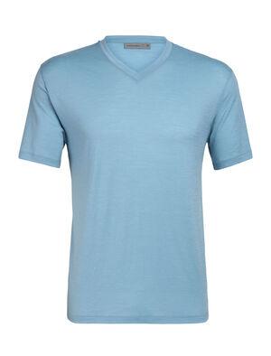 Herren Ravyn Short Sleeve V Ein klassisches Merino T-Shirt mit V-Ausschnitt für Herren, das täglichen Layering-Komfort vermittelt, das Ravyn Short Sleeve V besteht aus unserem Corespun-Jersey.