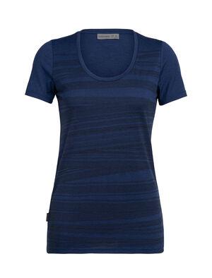 女款 Tech Lite Short Sleeve Scoop 1000 Lines 凸显女性柔美气质的经典款Tech Lite T恤以柔软透气的美丽诺羊毛制成。艺术家Zachary Snyder以瑞士阿尔卑斯山景观为灵感,设计出此款仿佛包含千峰的图案。